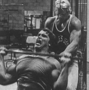 Arnie macht Schulterdrücken
