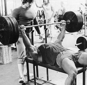 Arnie beim Bankdrücken