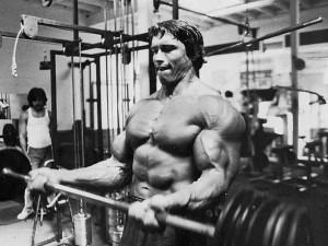 Arnie macht Langhantelcurls