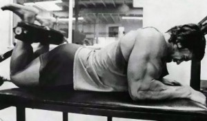 Arnie bei liegenden Beincurls