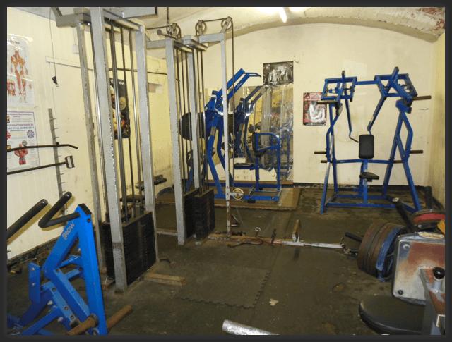 Hinten links in blau: Latzug-Maschine