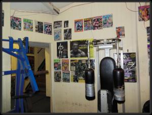 Temple Gym mit geflickten Geräten