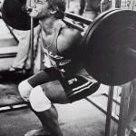 Arnold macht Kniebeugen an der Smithmaschine