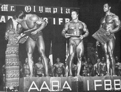 Arnold auf der Bodybuilding Wettkampfbühne