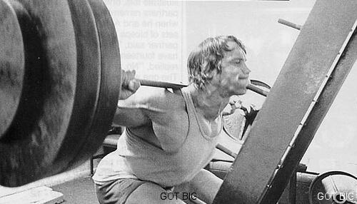 Arnie macht Kniebeugen
