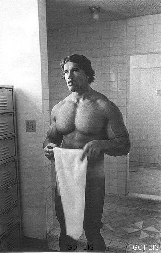 Arnold Schwarzenegger unter der Dusche