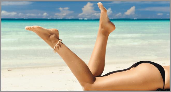 Am Strand mit attraktiver Bauch Beine Po Region