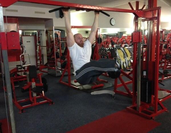 Anheben der Beine hängend - Endposition Beine
