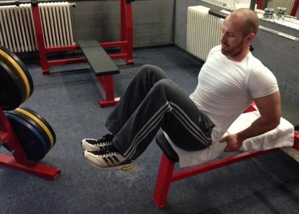 Sitzendes Beinheben - Endposition