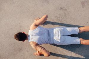 Richtiger Abstand der Hände und richtiger Winkel der Arme