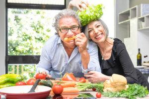 Vegane Ernaehrung Paar mit Gemuese